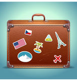 Valise en cuir avec l'autocollant de voyage Image libre de droits
