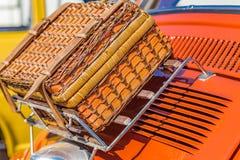 Valise en osier sur le porte-bagages Image stock