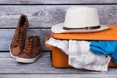 Valise, espadrilles et chapeau de paille emballés Images libres de droits