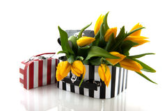 Valise noire et blanche avec des fleurs Photo libre de droits