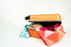Valise orange emballée pour des vacances photo libre de droits