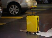 Valise orange sur la route dans la ville Vacances d'été et concept de voyage photos libres de droits