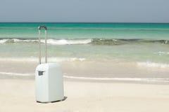 Valise sur la plage Images stock