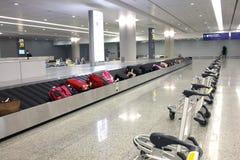 Valise sur le carrousel d'aéroport Photo libre de droits