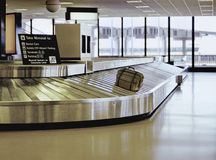 Valise sur le carrousel d'aéroport Images libres de droits
