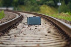 Valise sur une voie de train Images stock