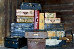 Valises antiques empilées Photos libres de droits