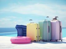 Valises de Coloful à côté de la piscine rendu 3d Image libre de droits