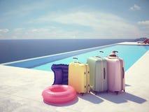 Valises de Coloful à côté de la piscine rendu 3d Photo stock