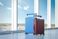 Valises de voyage à l'aéroport avec de grandes fenêtres sur le fond rendu 3d Photographie stock