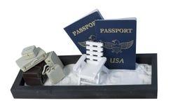 Valises et chaise de plage dans le sable avec des passeports Photos stock