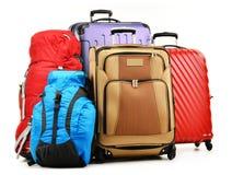 Valises et sacs à dos sur le blanc Images stock