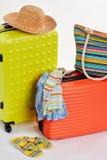 Valises et vêtements pour des vacances Image libre de droits