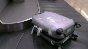 Valises sur une bande de bagage banque de vidéos