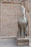 Valk gardian van de Tempel van Horus stock afbeeldingen