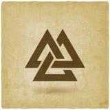 Valknutsymbool met elkaar verbonden driehoeken oude achtergrond Stock Afbeeldingen