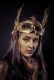 Valkyrie, concepto de oro de la estatua. Retrato de los Arty del modelo con gol fotografía de archivo