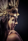 Valkyrie, Gouden standbeeldconcept. Arty portret van model met gol Stock Foto's