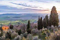 Vallée accidentée toscane avec des arbres de couleur après coucher du soleil image libre de droits