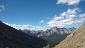 Vallée au-dessous des couleurs de banff d'amphithéâtre de cascade d'automne à l'intérieur d'amphithéâtre de cascade de montagne Image stock