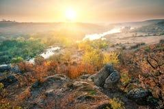 Vallée avec la rivière de montagne dans les rivages rocheux au coucher du soleil Photographie stock