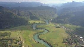 Vallée avec la rivière et champs à la vue supérieure inférieure de montagnes banque de vidéos