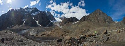 Vallée avec la vue aux montagnes et aux randonneurs photographie stock libre de droits