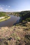 Vallée avec le fleuve et le chemin de fer Photographie stock libre de droits