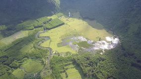 Vallée avec le marais et rivière à la vue aérienne inférieure de montagnes banque de vidéos