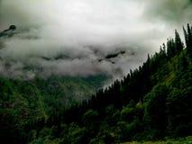 Vallée avec les nuages densed Images stock