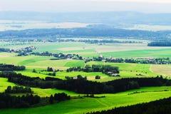 Vallée brumeuse de Broumovsko dans la République Tchèque avec des champs et des prés verts Vaste panorama de village de Viznov da Photo libre de droits