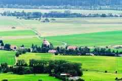 Vallée brumeuse de Broumovsko dans la République Tchèque avec des champs et des prés verts Vaste panorama de village de Viznov da Photographie stock libre de droits