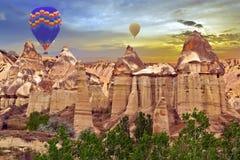 Vallée chaude d'amour de découverte de coucher du soleil de ballons à air dans le nationa de Goreme Photo stock