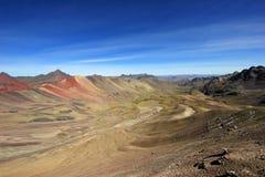Vallée colorée de montagne d'arc-en-ciel Images libres de droits