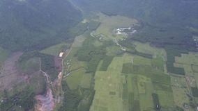 Vallée couverte de champs à la vue aérienne de montagnes clips vidéos