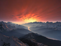 vallée couverte de coucher du soleil de neige de montagne