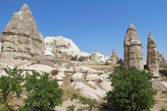 Vallée d'amour dans le village de Goreme, Turquie Paysage rural de Cappadocia Maisons en pierre dans Goreme, Cappadocia Photo libre de droits