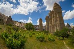 Vallée d'amour dans le village de Goreme, Turquie Paysage rural de Cappadocia Maisons en pierre dans Goreme, Cappadocia Campagne Photo libre de droits