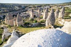 Vallée d'amour dans le village de Goreme, Turquie Paysage rural de Cappadocia Maisons en pierre dans Goreme, Cappadocia Campagne Photos stock