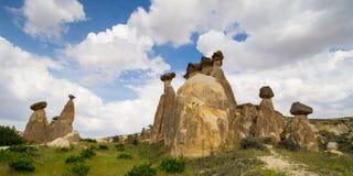 Vallée d'amour dans le village de Goreme, Turquie Paysage rural de Cappadocia Maisons en pierre dans Goreme, Cappadocia Campagne Photographie stock libre de droits