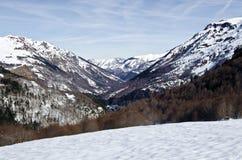 Vallée d'Aspe vue en hiver de passage de Somport dans Pyrénées Photo libre de droits