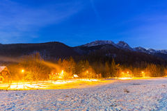 Vallée d'hiver et bâti Giewont en montagnes de Tatra Image stock