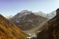 Vallée dans la vue d'hélicoptère de région de Jungfrau en hiver Photo stock