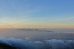 Vallée dans le brouillard Image libre de droits