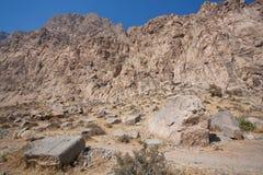 Vallée de désert avec les pierres et la gamme de montagne Photos stock
