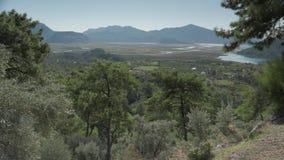 Vallée de Dalyan en été, collines vertes de roulement avec les fermes turques Village organique de Candir, Turquie 4K clips vidéos