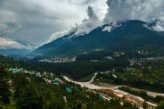 Vallée de Himalayn avec la ville et les nuages Photographie stock
