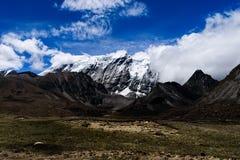 Vallée de l'Himalaya de montagne avec le ciel dramatique sur le chemin à Gurudongmar images stock