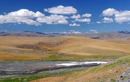 Vallée de la rivière de montagne avec la neige sur le plateau élevé Photos libres de droits