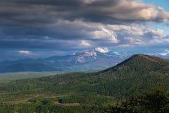 Vallée de montagne avec des nuages noirs Photo libre de droits